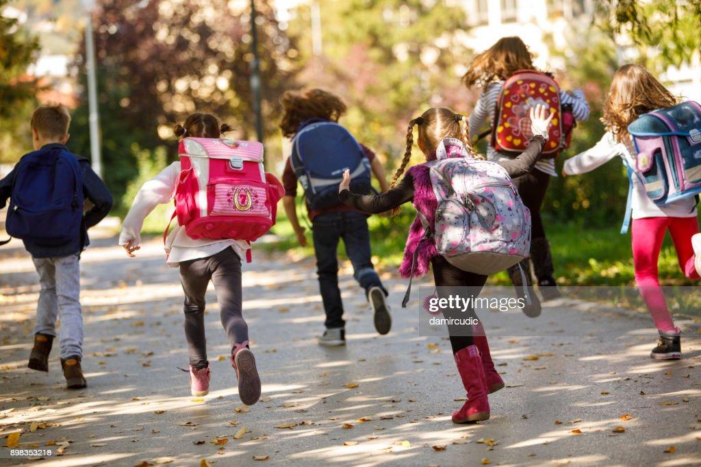 Kinderen met plezier buiten : Stockfoto