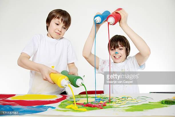 bambini avendo divertimento con vernice - squirt foto e immagini stock