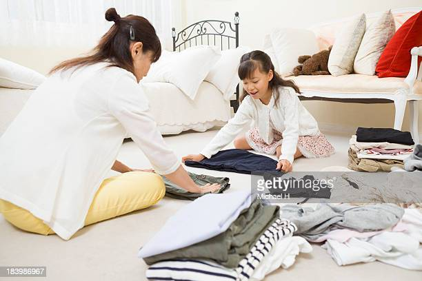 children helps grandma by folding laundry - dobrando - fotografias e filmes do acervo