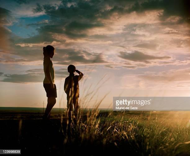 children i evening light - anticipation fotografías e imágenes de stock