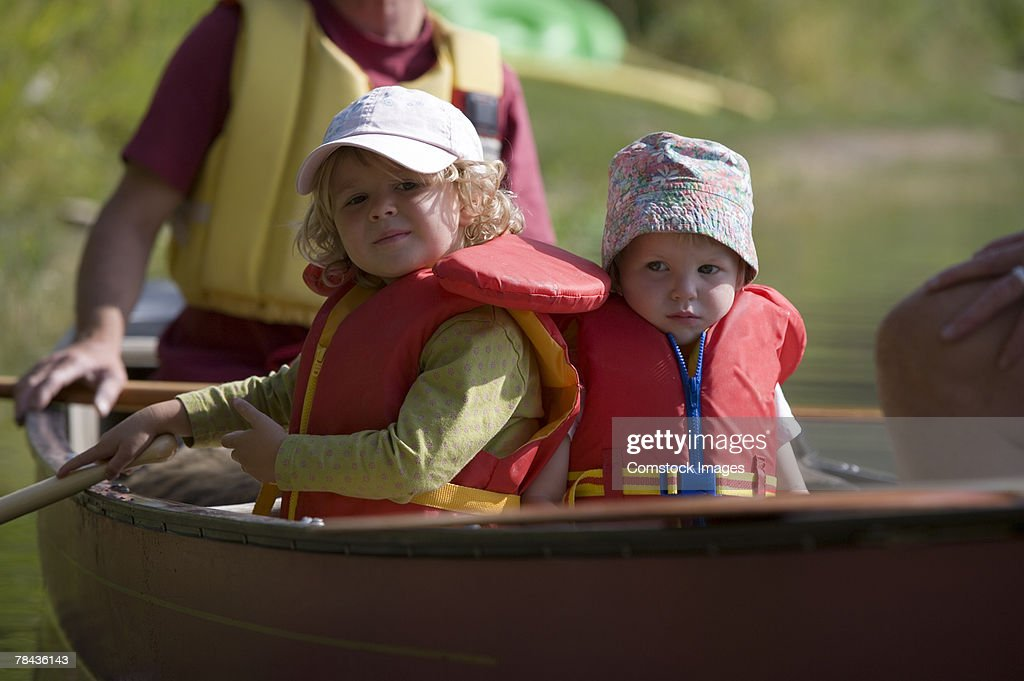 Children in canoe : Stockfoto