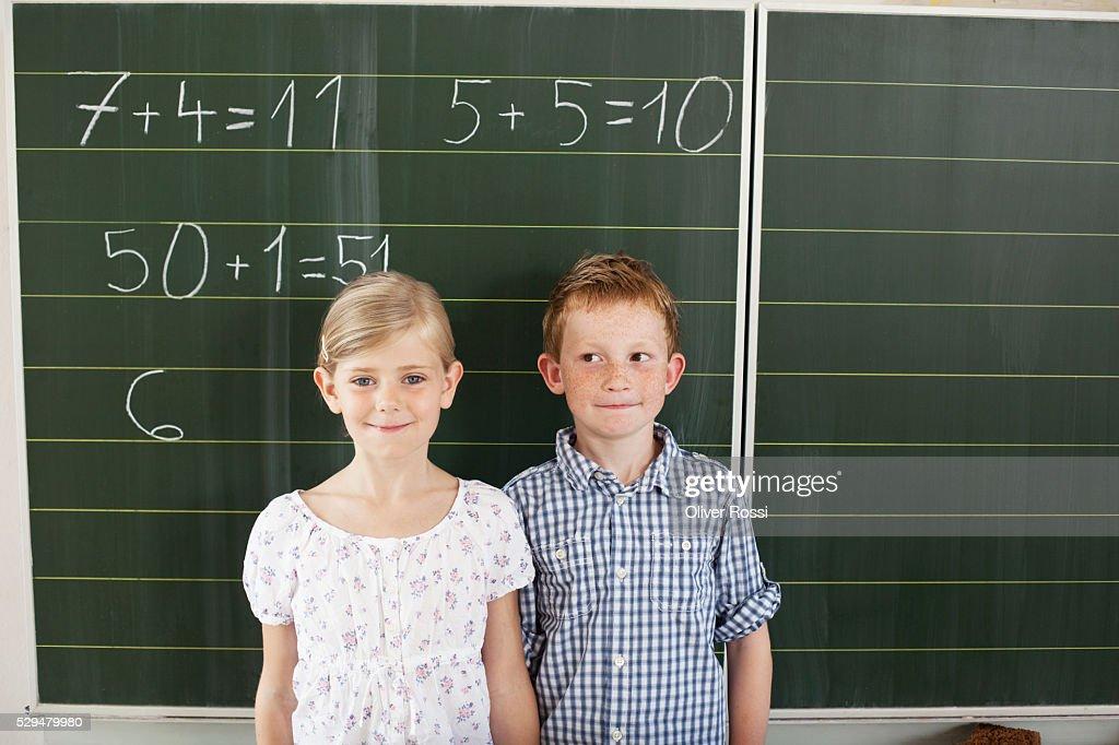 Children in front of blackboard : Foto stock