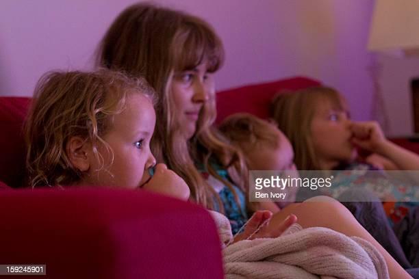 children in front of the tv - chupando dedo - fotografias e filmes do acervo