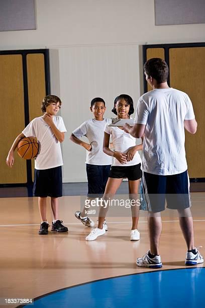 crianças com professor de educação física na academia de ginástica ou treinador - physical education - fotografias e filmes do acervo