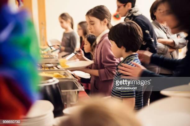 """crianças em linha para buffet self-service. - """"martine doucet"""" or martinedoucet - fotografias e filmes do acervo"""