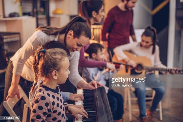 crianças na escola de música - música - fotografias e filmes do acervo