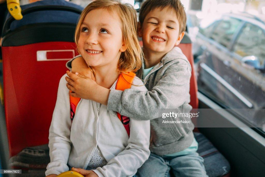 Kinder in öffentlichen Verkehrsmitteln : Stock-Foto