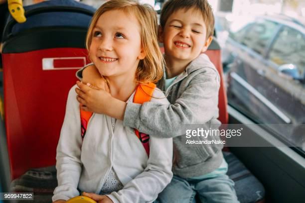 kinder in öffentlichen verkehrsmitteln - bus stock-fotos und bilder