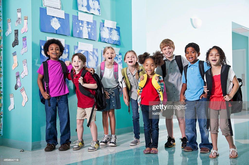 Les enfants à l'école Couloir : Photo