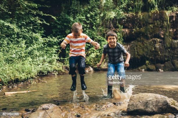 Kinder springen in einem Fluss