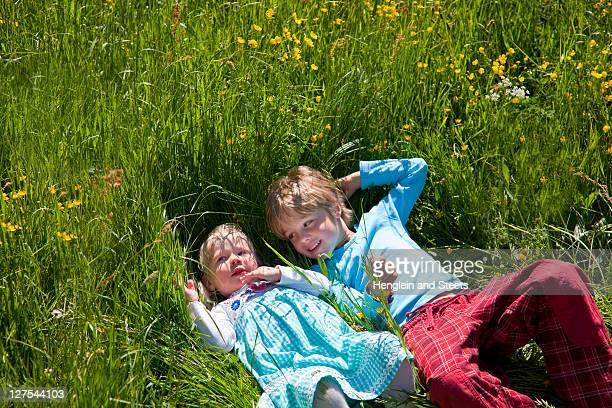 Enfants déposer dans le champ de fleurs