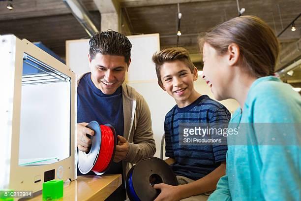 Kinder lernen, wie man mit 3D Drucker im makerspace Studio