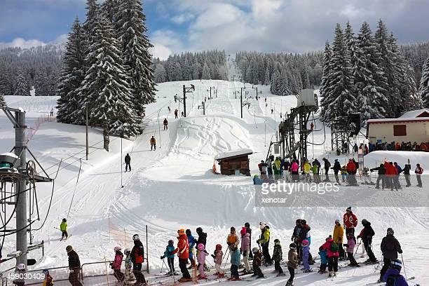 enfants d'apprentissage ski dans la dole - ax les thermes photos et images de collection
