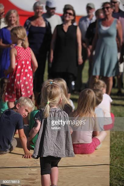 niños mientras escucha corales en un festival en dinamarca - selandia fotografías e imágenes de stock