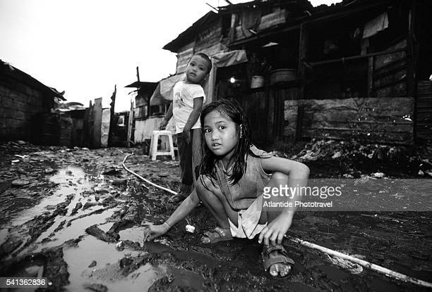 children living in payatas garbage dump - グレーターマニラエリア ストックフォトと画像