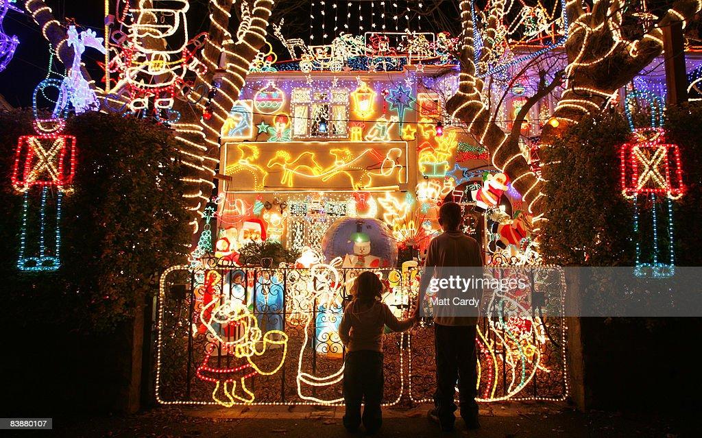 Suburbia Lights Up For Christmas : ニュース写真