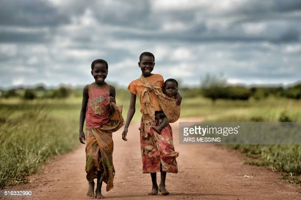 Children look on as they walk in the outskirts of Lilongwe on March 11 2016 / AFP / ARIS MESSINIS / RESTRICTED TO EDITORIAL USE