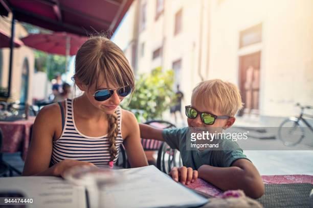 blick auf die speisekarte im restaurant pisa street kinder - speisekarte stock-fotos und bilder