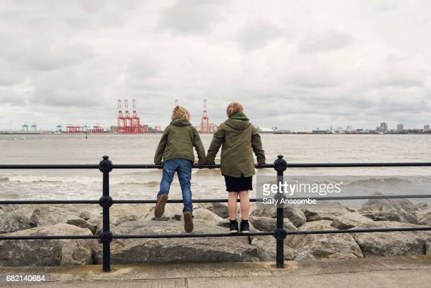 children looking at the view across the river mersey - liverpool inglaterra fotografías e imágenes de stock