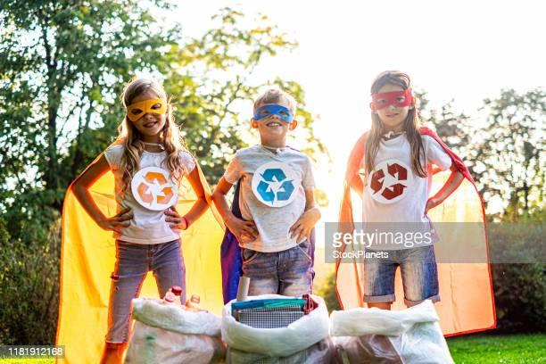 子どもたちは自然とリサイクルの仕事が大好きです - リサイクルマーク ストックフォトと画像