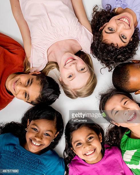 Kinder liegen in einem Kreis