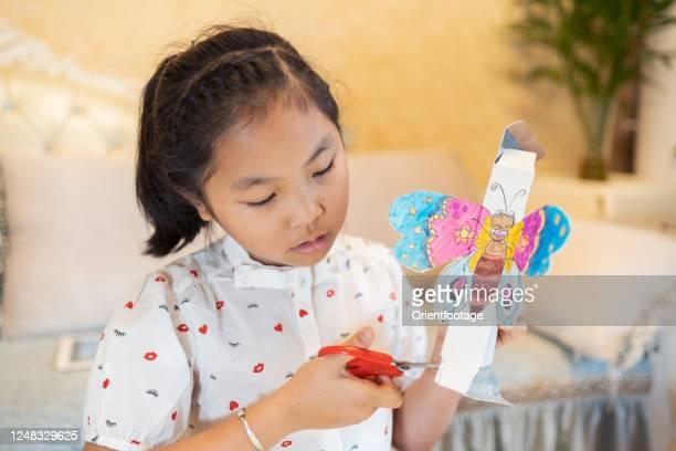 子供は手工芸品を作る - 小道具 ストックフォトと画像