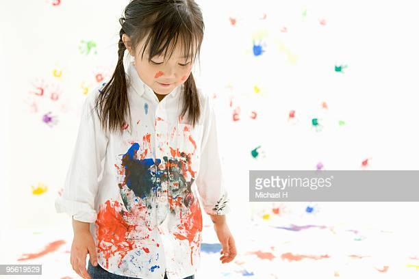 children making handprints with paint - buntes hemd stock-fotos und bilder