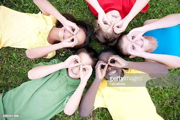 Enfants faisant jouer jumelles