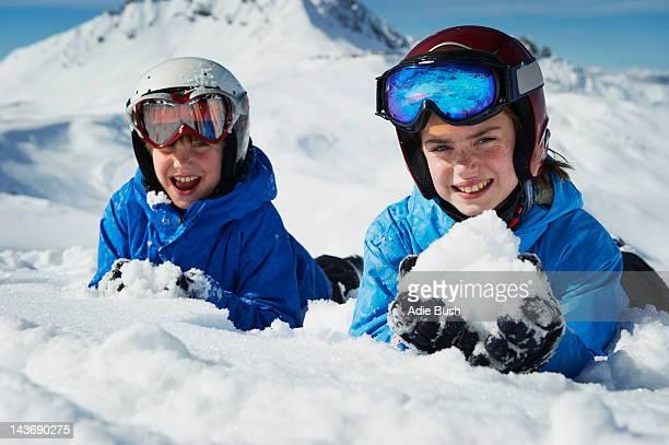 Enfants faisant des boules de neige sur la montagne