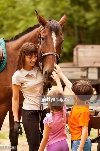 Kinder Treffen mit Pferden.