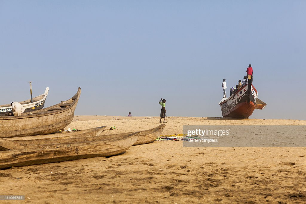 Children observing ocean from boat : Stockfoto