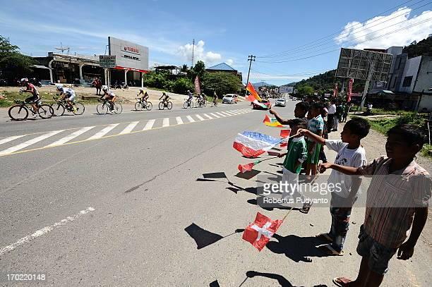 CONTENT] Children of West Sumatra bring International flag countries supporting the riders during Stage 4 Tour de Singkarak 2013 from Sijunjung Pulau...