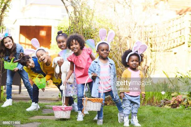 children on an easter egg hunt - chasse aux oeufs de paques photos et images de collection