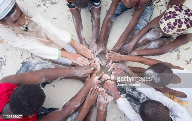 children on beach - arab feet photos et images de collection