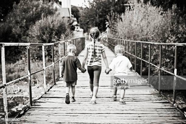 children on bridge - sepiakleurig stockfoto's en -beelden