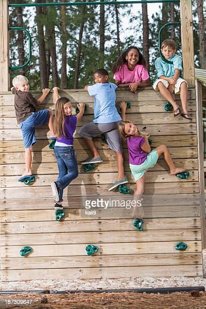 Kinder auf Kletterwand