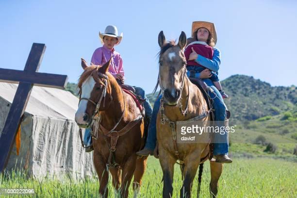 教会テントとフィールドの間で馬の子供 - リバイバル ストックフォトと画像