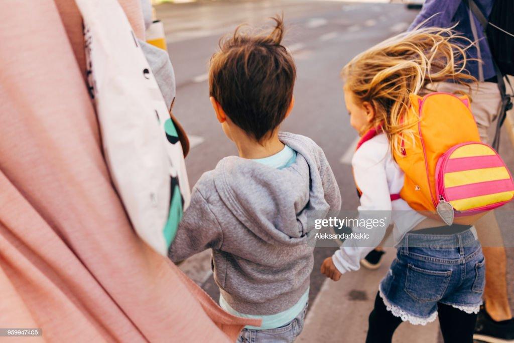 Kinder auf dem Weg zur Schule : Stock-Foto
