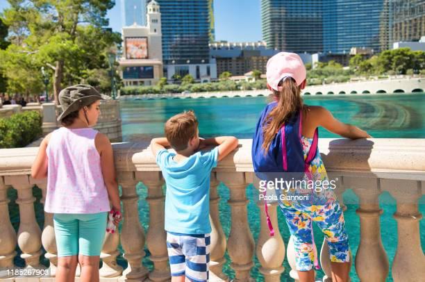 kinderen op vakantie in las vegas - las vegas stockfoto's en -beelden