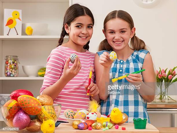 Bambini dipingere le uova