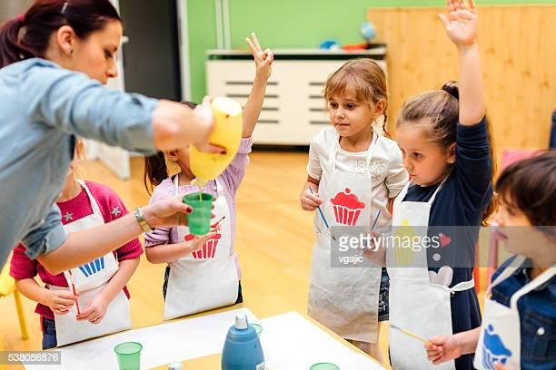Enfants peinture leurs mains avec aquarelles