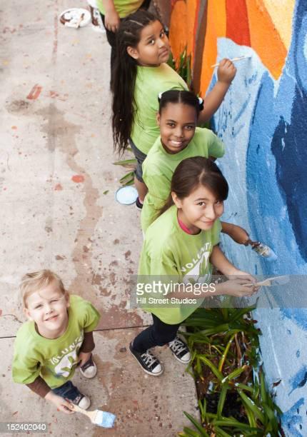 children painting wall - pintar mural fotografías e imágenes de stock
