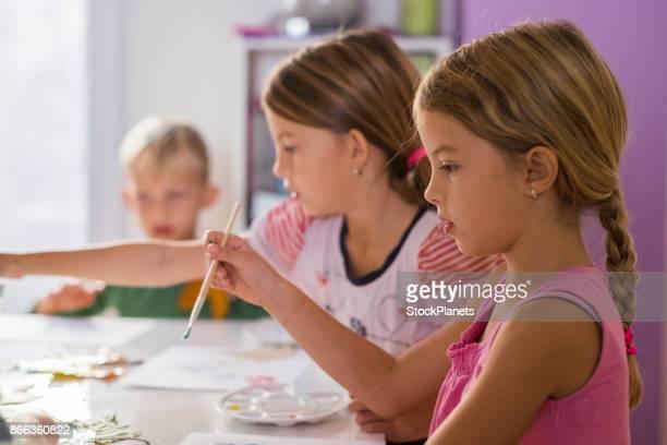 Enfants, peinture avec de la peinture aquarelle