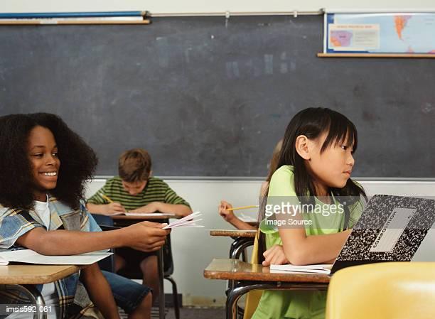 Sie beachten Sie, dass Kinder im Klassenzimmer