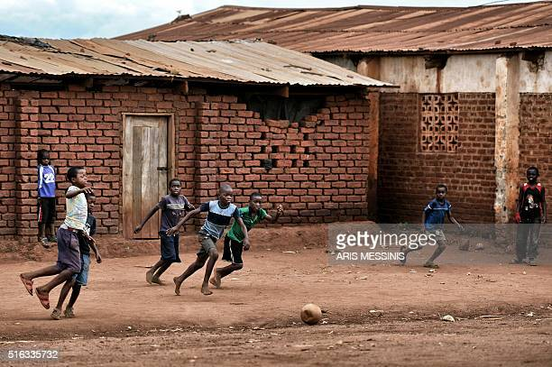 Children play football at the outskirts of Lilongwe on March 14 2016 / AFP / MATTERNET / ARIS MESSINIS / RESTRICTED TO EDITORIAL USE