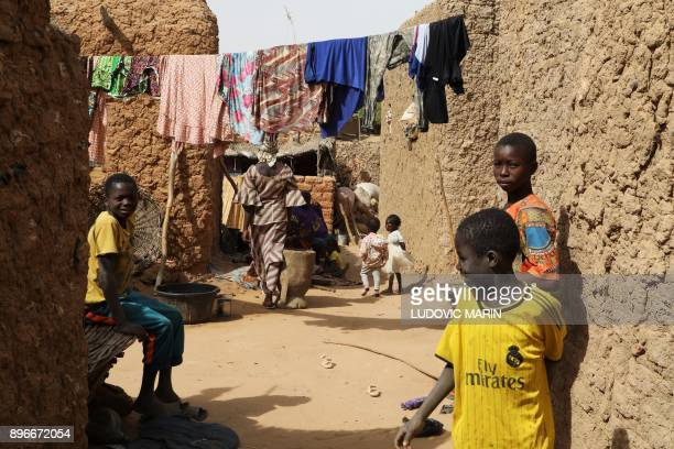 Children play in an alley on December 21 2017 in Niamey / AFP PHOTO / LUDOVIC MARIN