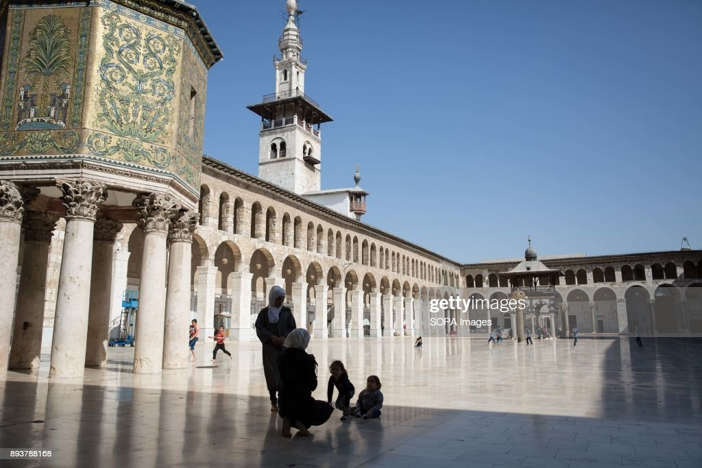 Children play in Damascus' Umayyad Mosque during Friday... : News Photo