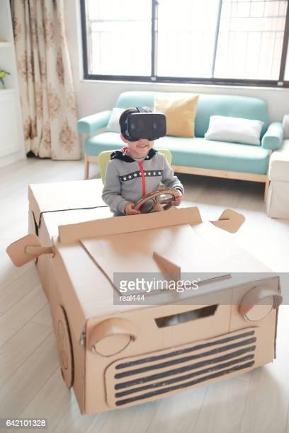 Les enfants jouent dans la voiture en carton