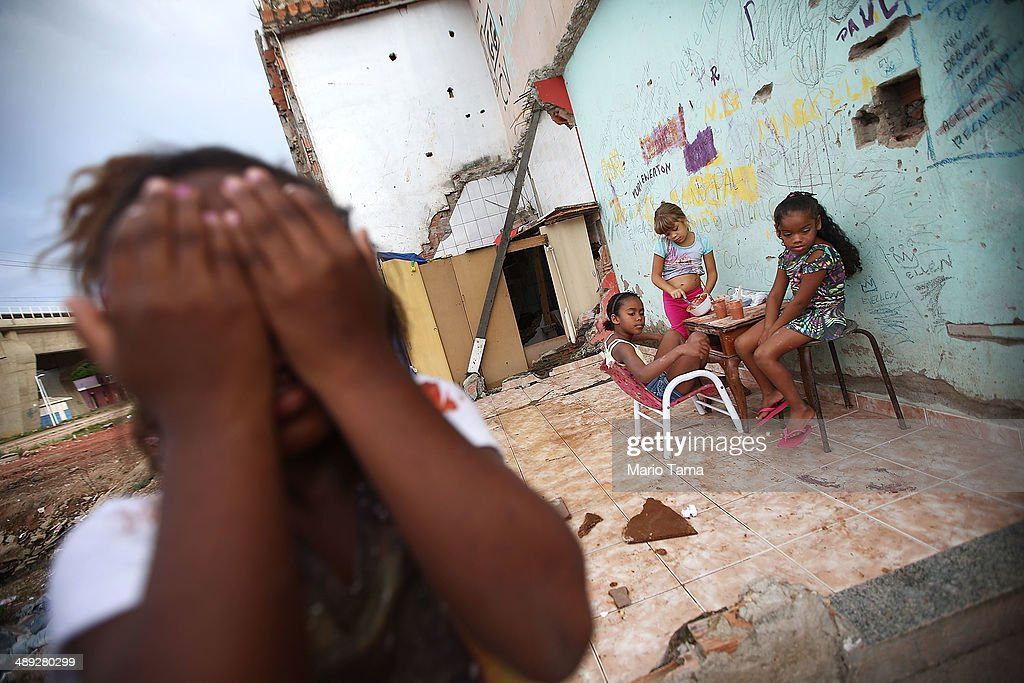 Government Construction in Rio Favela Affects Children's Health : News Photo