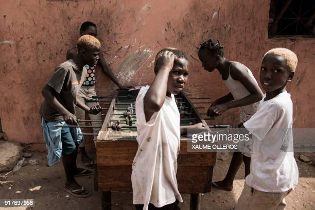 TOPSHOT Children play table football in the Mindara neighbourhood in Bissau on Mardi Gras on February 13 2018 / AFP PHOTO / Xaume Olleros